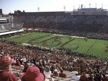 ein Stadion voll von Leuten stockbilder