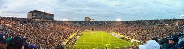 ein Stadion voll von Leuten lizenzfreie stockbilder