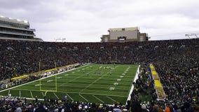 ein Stadion voll von Leuten während eines Spiels stockfoto
