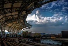 Ein Stadion, zum der Wolken zu sehen lizenzfreie stockfotografie