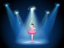 Ein Stadium mit einem Balletttänzer in der Mitte Lizenzfreie Stockfotografie