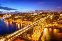 Ein Stadtbild entlang dem Douro Fluss stockbild