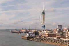 Ein Stadtbild von historischem Werft Portsmouth mit dem 170 Meter Spinnakerturm stockbilder