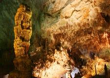 Ein Stalagmite und ein Raum in den Carlsbad-Höhlen stockfoto