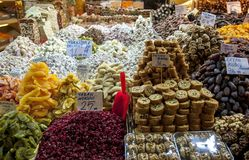 Ein Stall, der verschiedene Nahrungsmittel innerhalb des Gewürz-Basars in Istanbul in der Türkei verkauft stockfoto