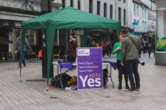 Ein Stand, der die jaabstimmung für den 25. von Mai-Referendum betreffend die Frage der Abtreibung fördert Lizenzfreie Stockfotografie