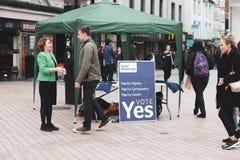 Ein Stand, der die jaabstimmung für den 25. von Mai-Referendum betreffend die Frage der Abtreibung fördert Stockbild