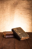 Ein Stapel alte Bücher auf altem Holztisch gegen den Hintergrund Lizenzfreies Stockbild