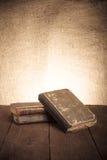 Ein Stapel alte Bücher auf altem Holztisch gegen den Hintergrund Stockfoto