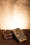 Ein Stapel alte Bücher auf altem Holztisch gegen den Hintergrund Stockbild