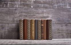 Ein Stapel alte Bücher auf einer Weinlesetabelle Stockbilder