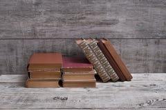 Ein Stapel alte Bücher auf einer Weinlesetabelle Stockfotos