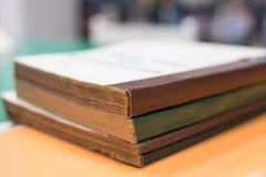 Ein Stapel alte Bücher auf Tabelle in der Bibliothek, Bildungshintergrund Lizenzfreies Stockfoto