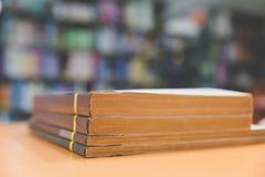 Ein Stapel alte Bücher auf Tabelle mit Unschärfebuch in der Bibliothek, educati Stockfotos