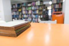 Ein Stapel alte Bücher auf Tabelle mit Unschärfebuch in der Bibliothek, educati Stockbild