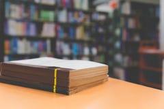 Ein Stapel alte Bücher auf Tabelle mit Unschärfebuch in der Bibliothek, educati Stockbilder