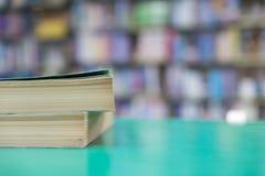 Ein Stapel alte Bücher auf Tabelle mit Unschärfebuch in der Bibliothek, educati Stockfoto
