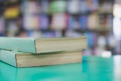 Ein Stapel alte Bücher auf Tabelle mit Unschärfebuch in der Bibliothek, educati Lizenzfreie Stockfotos