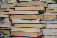 Ein Stapel alte Bücher in der Bibliothek Lizenzfreie Stockfotos