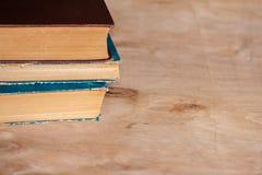 Ein Stapel alte Bücher liegen auf einander auf dem Tisch Bibliothek, Bildung Leerer Platz für Text Stockfotografie