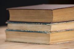 Ein Stapel alte Bücher liegen auf einander auf dem Tisch Bibliothek, Bildung Leerer Platz für Text Stockbild