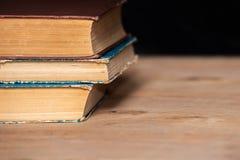 Ein Stapel alte Bücher liegen auf einander auf dem Tisch Bibliothek, Bildung Leerer Platz für Text Lizenzfreie Stockfotos