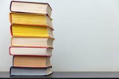 Ein Stapel alte bunte Bücher auf dem Tisch Lizenzfreies Stockbild