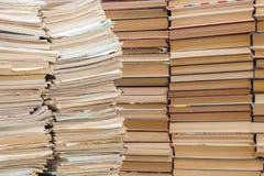 Ein Stapel alte Schulnotizbücher und ein Stapel Lehrbücher oder Bücher Stockbilder