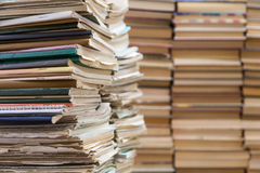 Ein Stapel alte Schulnotizbücher und ein Stapel Lehrbücher oder Bücher Lizenzfreie Stockfotos