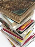 Ein Stapel alte Weinlese und moderne Bücher Lizenzfreie Stockfotos