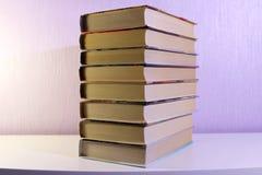Ein Stapel Bücher auf dem Tisch Stockbild