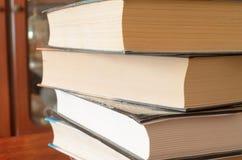 Ein Stapel Bücher auf dem Tisch Lizenzfreie Stockfotos