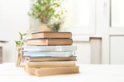 Ein Stapel Bücher auf einer weißen Tabelle Lizenzfreie Stockbilder