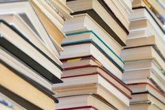 Ein Stapel Bücher mit bunten Abdeckungen Die Bibliothek oder die Buchhandlung Bücher oder Lehrbücher Bildung und Lesung stockfoto