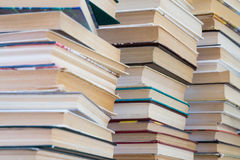 Ein Stapel Bücher mit bunten Abdeckungen Die Bibliothek oder die Buchhandlung Bücher oder Lehrbücher Bildung und Lesung Stockfotografie