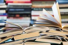 Ein Stapel Bücher mit bunten Abdeckungen Die Bibliothek oder die Buchhandlung Bücher oder Lehrbücher Bildung und Lesung Lizenzfreie Stockfotos