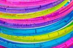 Ein Stapel bunte Plastikarmbänder Lizenzfreie Stockfotografie