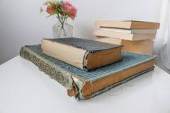 Ein Stapel der alten Bücher stockbilder