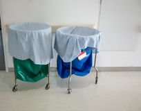 Ein Stapel der benutzten Kleidung und der ansteckenden Substanzen in den Krankenhausbewegungen stockbild