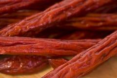 Ein Stapel der Pepperoni-Steuerknüppel Stockfotos