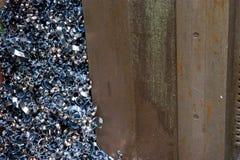Ein Stapel der Schnitzel von einem scrapyard Stockbilder