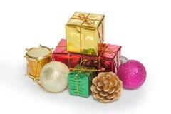 Ein Stapel der Weihnachtsdekoration und -Geschenkbox lizenzfreie stockfotos