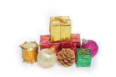 Ein Stapel der Weihnachtsdekoration und -Geschenkbox lizenzfreie stockbilder