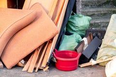 Ein Stapel des Abfalls, des Abfalls und der alten Möbel eingereicht für Beseitigung im Abfall lizenzfreies stockfoto