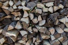 Ein Stapel des Brennholzes draußen gestapelt Lizenzfreies Stockfoto