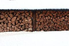 Ein Stapel des Brennholzes im Winter Stockfotografie