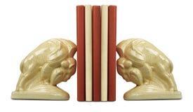 Ein Stapel des Buches zwischen Bücherstützen Stockfotos