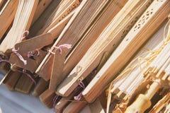 Ein Stapel des hölzernen faltenden Fans für Heiratsandenken mit leerem Namensschild, Nahaufnahme lizenzfreie stockfotografie