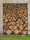 Ein Stapel des Holzes im Hausspeicher Stockbild