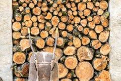 Ein Stapel des Holzes im Hausspeicher Lizenzfreies Stockbild